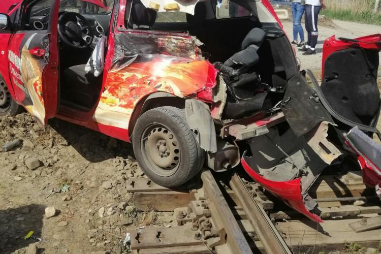 Al doilea accident feroviar în două zile la Cluj! Un șofer a scăpat nevătămat după ce mașina i-a fost lovită de tren FOTO