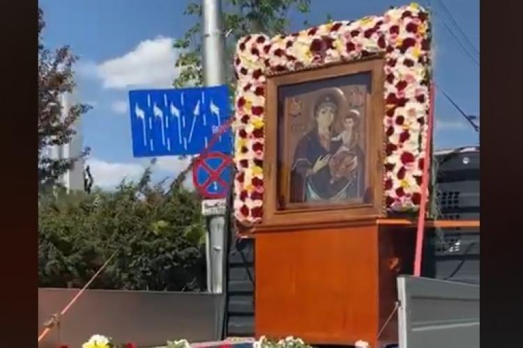 """Icoana de la Nicula a ajuns la Cluj-Napoca și este purtată în procesiune prin oraș pentru a-i """"întări pe medici"""" - VIDEO"""