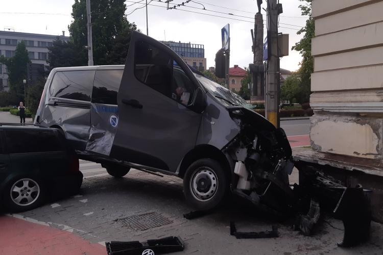 Mașina Jandarmeriei Cluj făcută praf în Piața Avram Iancu. A fost aruncată pe trotuar - FOTO