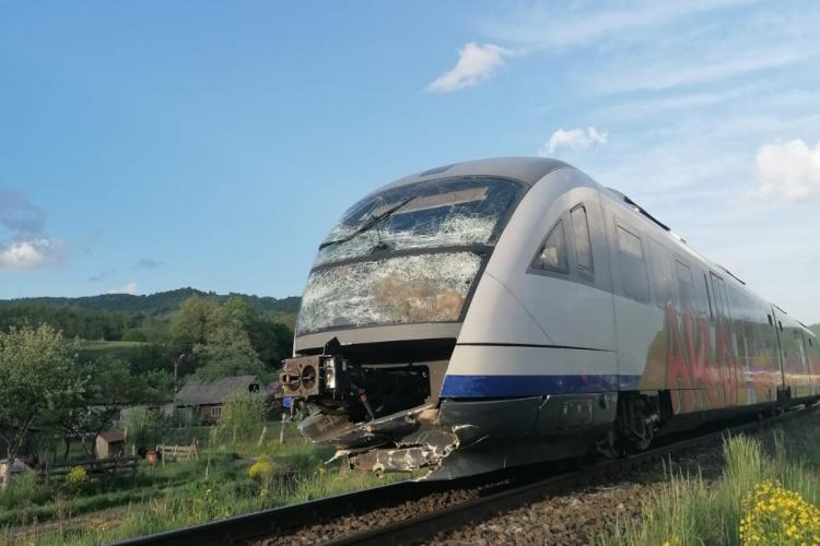 CLUJ: Dubă lovită în plin de tren. Șoferul a scăpat ca prin minune FOTO