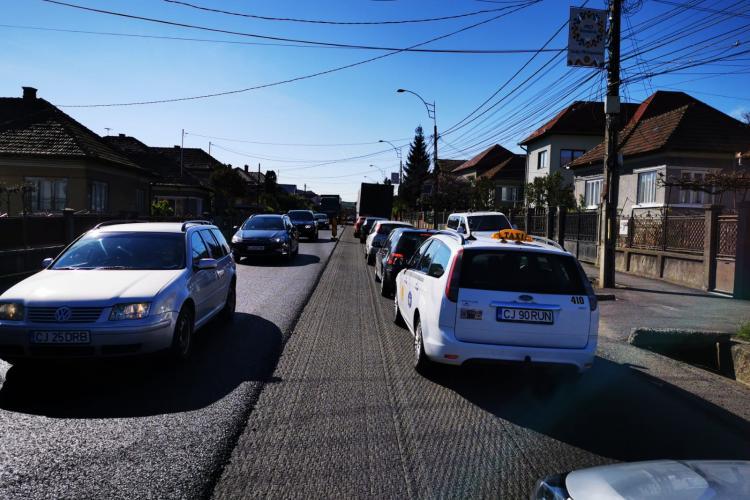 Blocaj rutier în Baciu din cauza unei asfaltări - FOTO