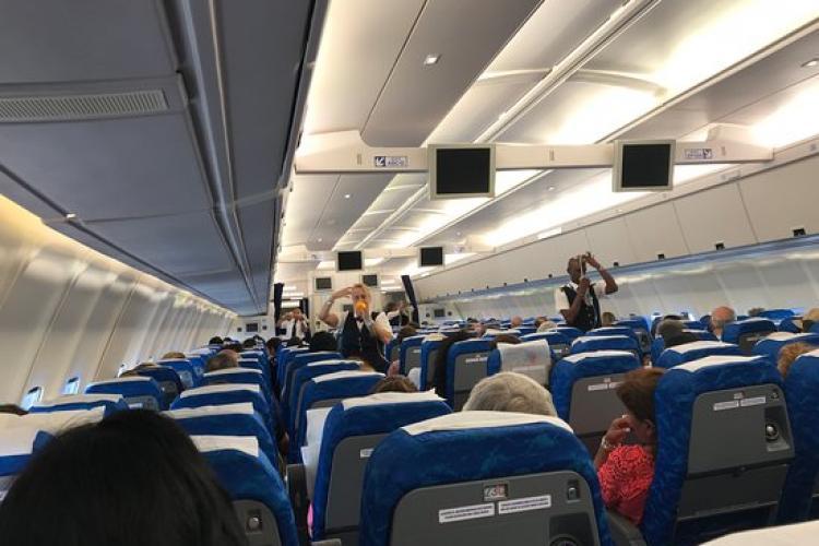 IATA e de acord cu purtarea măștilor la bordul avioanelor, dar nu cu distanțarea: Prețul biletelor va crește cu 50%