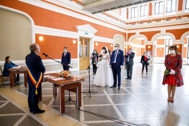Primele căsătorii pe timp de pandemie la Cluj. Mirii trebuie să poarte măști FOTO