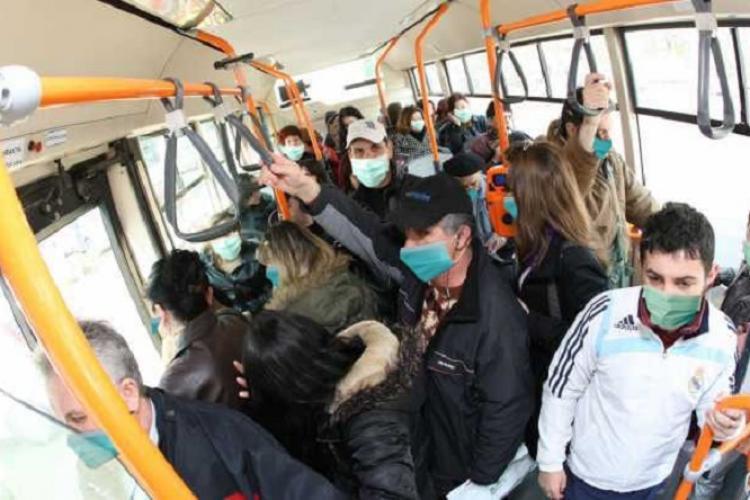 Românii trebuie să se obişnuiască să li se ia temperatura. Șoferii de autobuz nu trebuie să lase lumea fără mască