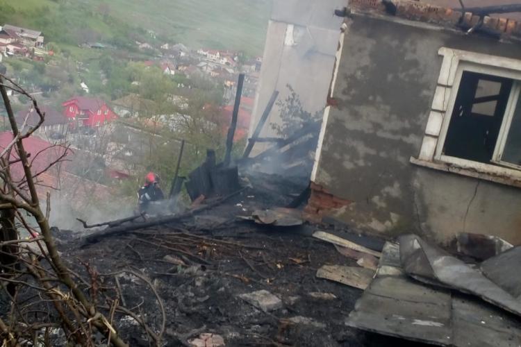 O familie din Dej aproape a rămas fără locuință din cauza unei arderi de vegetație scăpate de sub control FOTO