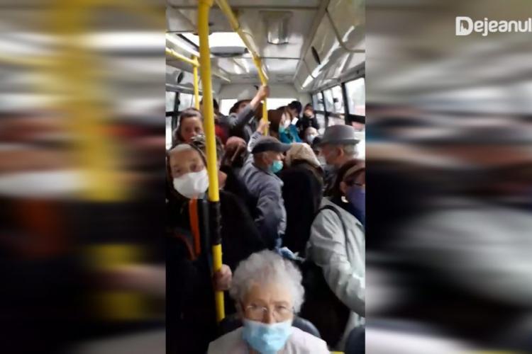Clujeni ținuți ca animalele într-un autobuz! Distanțarea socială e o glumă - VIDEO