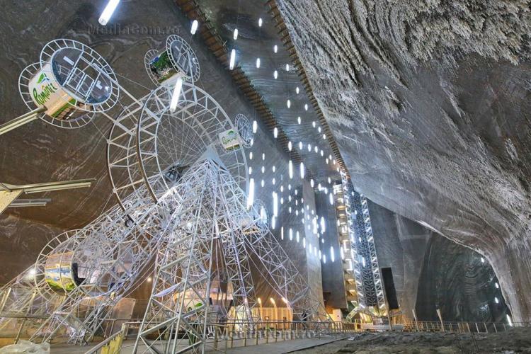Salina Turda și-a redeschis porțile, iar vizitatorii au coborât în mina de sare fără frică de COVID 19