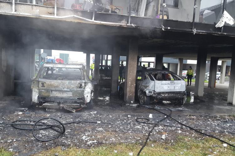 Un bloc din Sânnicoara, comuna Apahida, a luat foc după ce două mașini s-au aprins - FOTO