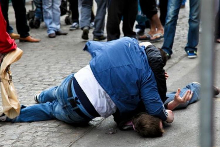 Interlopii din Turda au bătut un canadian, care a apărat un copil agresat de mama lui