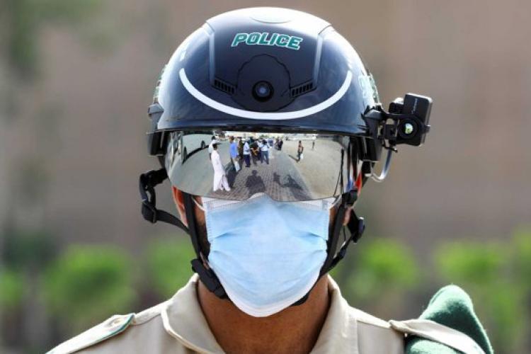 Au apărut poliţiştii cu căşti de supraveghere care scanează temperatura din mers - VIDEO