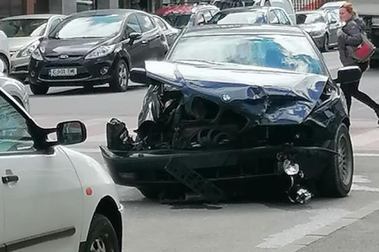 Accident pe strada București. Un șofer și-a făcut BMW-ul praf FOTO