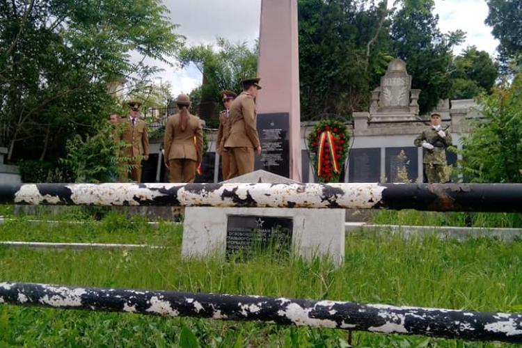 MApN a reacționat după gafa de la Turda și recunoaște greșeala. Militarii au dat onorul la cimitirul sovietic