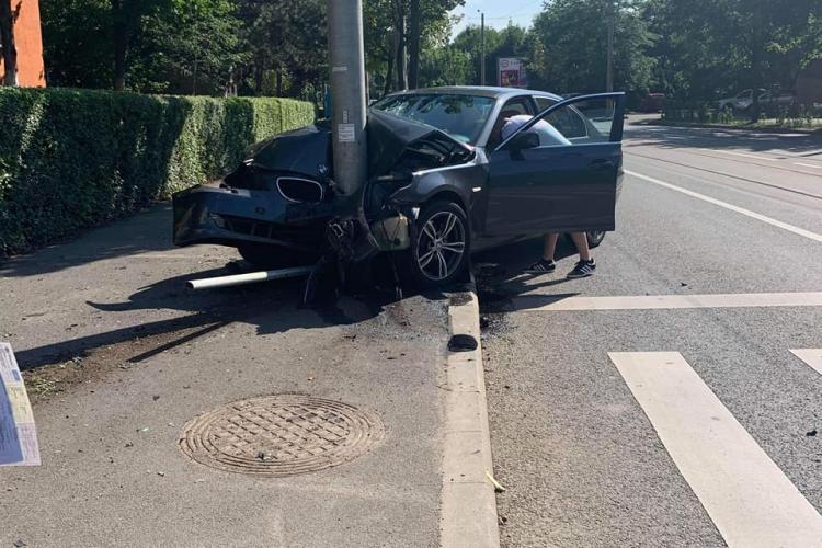 Accident pe Plopilor! Un BMW, singur pe drum, a intrat într-un stâlp - FOTO