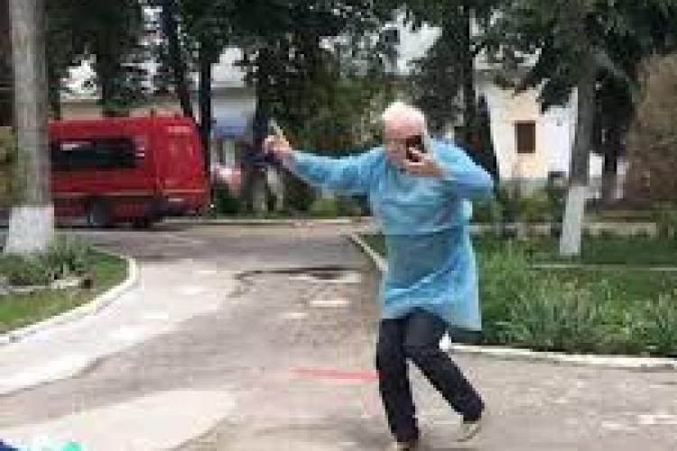 Un bunic dansează de fericire după ce s-a vindecat de coronavirus - VIDEO