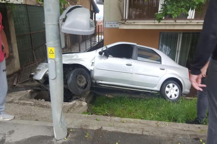 Accident spectaculos pe Calea Turzii! A zburat peste trotuar și s-a oprit la geamul unui bloc - FOTO