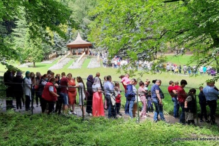 Aglomerație la mormântul lui Arsenie Boca. Mii se oameni s-au îngrămădit, fără a respecta distanțarea socială