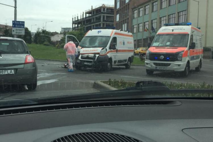 Ambulanță lovită de un autoturism în Piața Cipariu! A intrat pe roșu în intersecție - FOTO