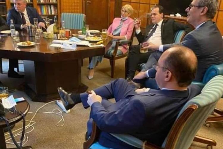 Fotografie cu distanțarea socială din PNL! Orban, Turcan la bere și țigară alături de ministrii PNL - FOTO