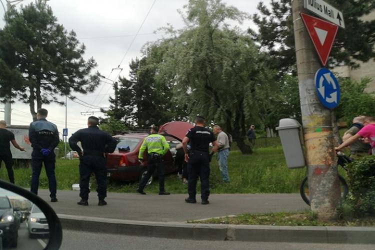 """Accident în giratoriul de pe Calea Mănăștur. Un Logan a """"aterizat"""" pe spațiul verde FOTO/VIDEO"""