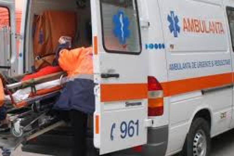 """Accident cu trei mașini la Dej. Un șofer a """"zburat""""  într-o curbă"""