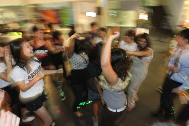 Câți oameni pot participa la o petrecere într-un apartament, în perioada stării de alertă - VIDEO
