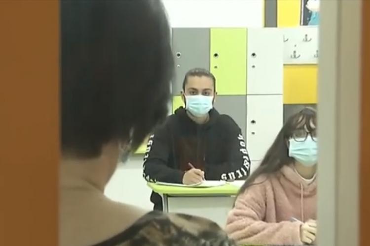 Doi elevi, din clasa a VIII-a și a XII-a, infectați cu coronavirus