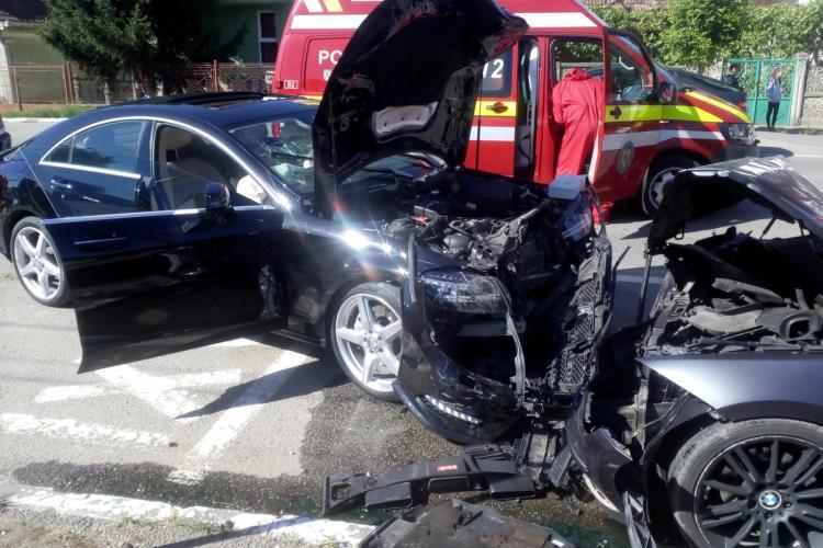 CLUJ: Neatenția costă! Un șofer neatent a cauzat un accident în timp ce încerca să parcheze. O persoană a fost rănită FOTO