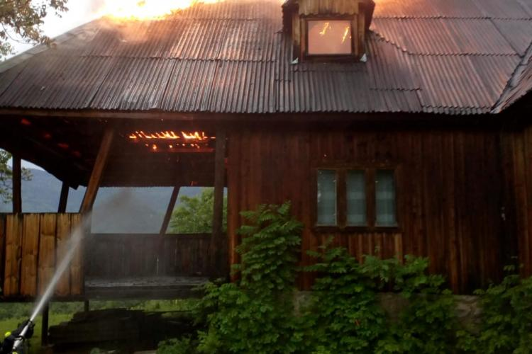 Incendiu la o casa de vacanță din Cluj. Totul a pornit de la un fulger FOTO