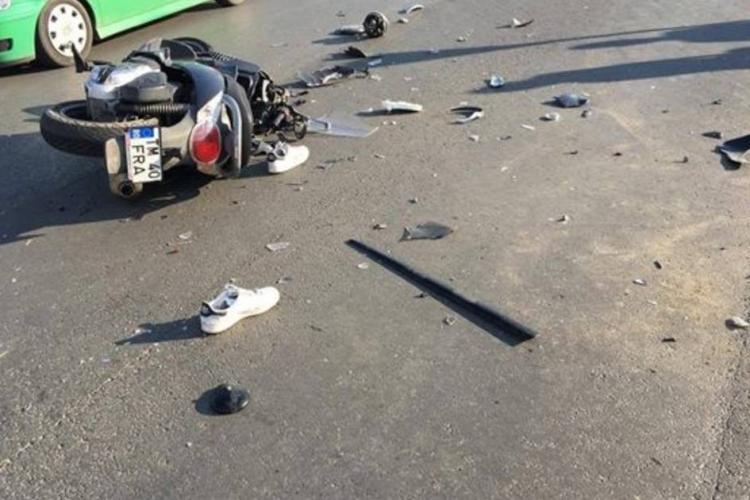 Accident pe strada Oașului. Un scuterist a derapat pe linia de tramvai și a intrat într-o mașină