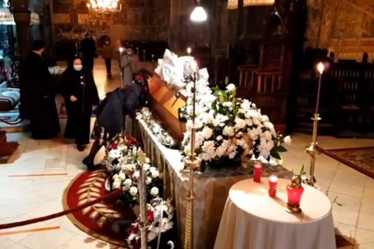 Enoriaşii au pupat sicriul ÎPS Pimen fără mască, deși acesta a murit de COVID-19 - VIDEO