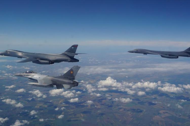 Avioane de la Câmpia Turzii fac antrenamente cu bombardiere strategice americane