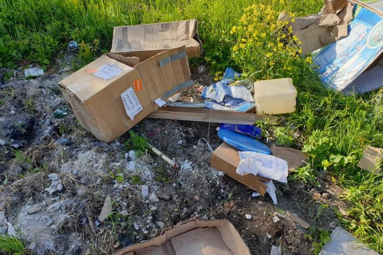 Gunoi aruncat pe malul Someșului în Florești, cu tot cu factura de cumpărare - FOTO