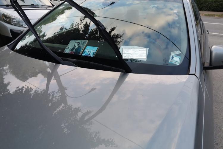 Mercedes parcat la Cluj de toată rușinea. Bordul e plin de icoane - FOTO