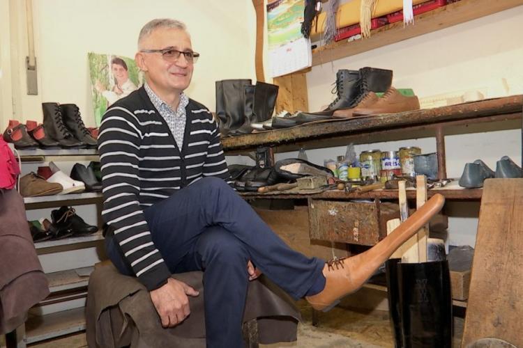 """Un pantofar clujean a creat """"pantofii de distanțare socială"""" VIDEO"""