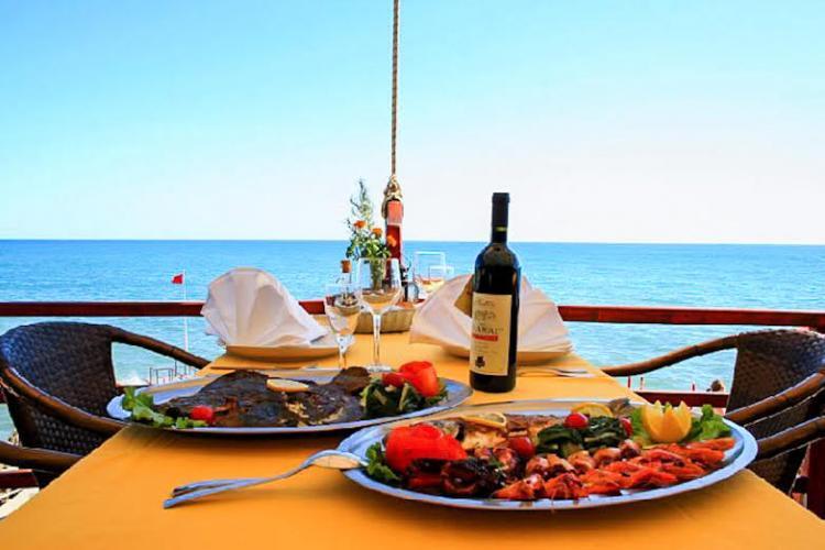 Propuneri pentru redeschiderea restaurantelor: La o masă să stea maxim 8 oameni