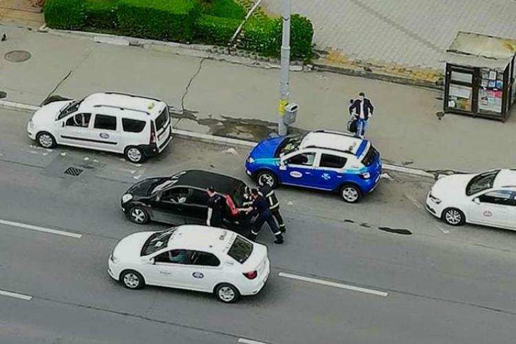 Dovadă de omenie a pompierilor clujeni! S-au dat jos din autospecială pentru a ajuta o șoferiță căreia nu ii pornea mașina FOTO