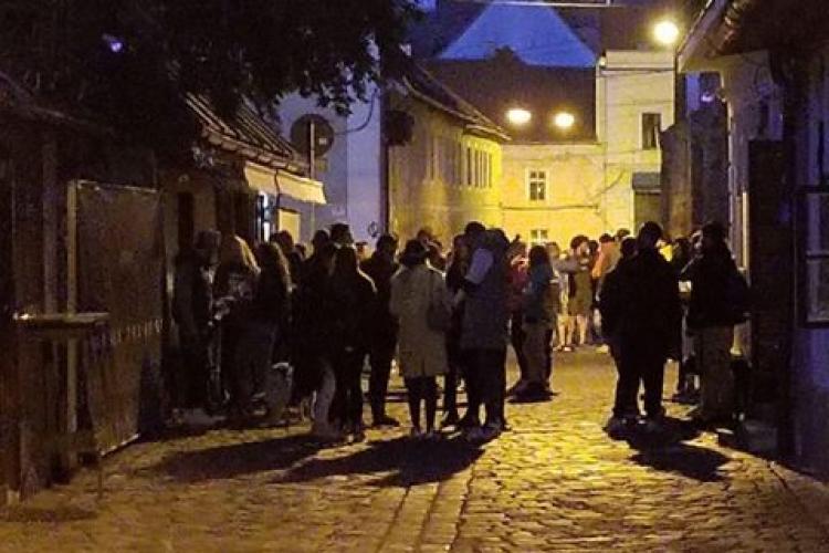 Pe strada Potaissa e petrecere seară de seară. Zeci de tineri beau pe stradă. Au uitat de COVID 19 - FOTO