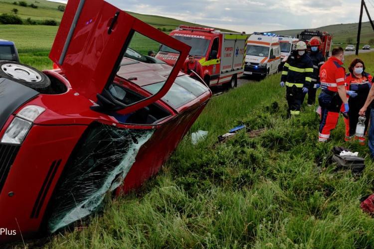 Accident cu două victime pe un drum din Cluj! Un șofer s-a răsturnat cu mașina în șanț FOTO/VIDEO