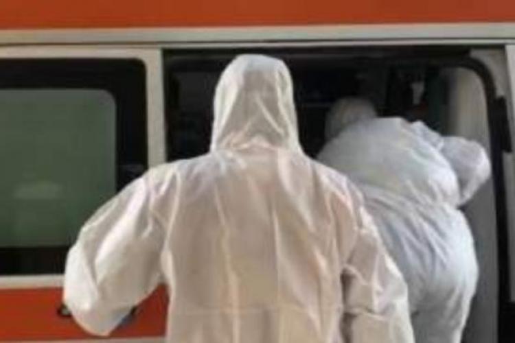 Pacient bolnav de COVID-19 a murit în drum spre spital