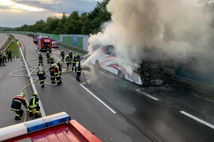 Autocar cu 49 de români a luat foc pe autostradă, lângă Viena