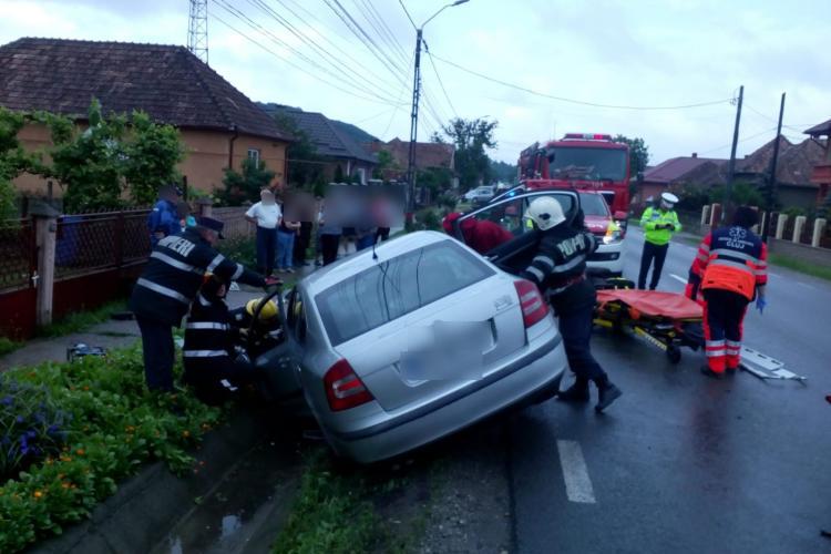 CLUJ: Două persoane au rămas încarcerate în urma unui accident FOTO/VIDEO