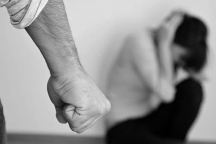 Clujean reținut de polițiști după ce și-a bătut nevasta, de față cu familia