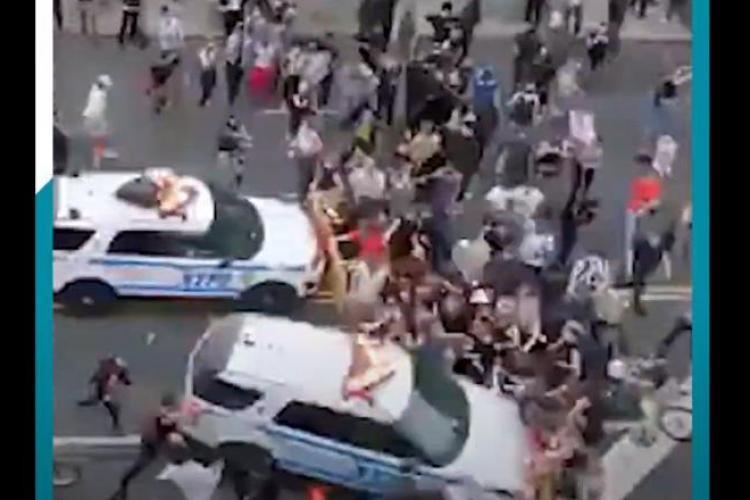 Mașinile de poliție intră în manifestanți în SUA, la New York, nu în ceva localitate mică - VIDEO