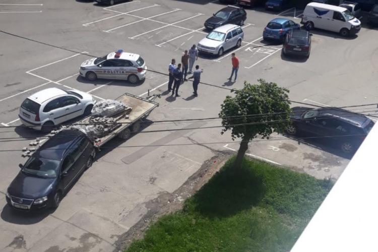 Incident scos din filmele de comedie. Cinci mașini au fost avariate din cauza unui șofer ghinionist FOTO