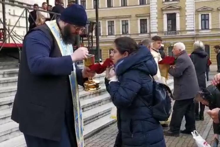 Parchetul Cluj a clasat dosarul  preotului filmat în timp ce împărtășea enoriașii cu aceeași linguriță în plină pandemie