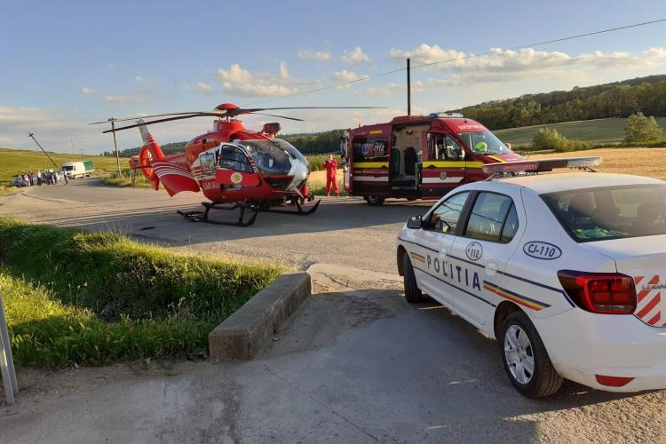 Copil de opt ani, pe bicicleta, lovit de o mașină la Ceanu Mare. S-a chemat elicopterul - VIDEO