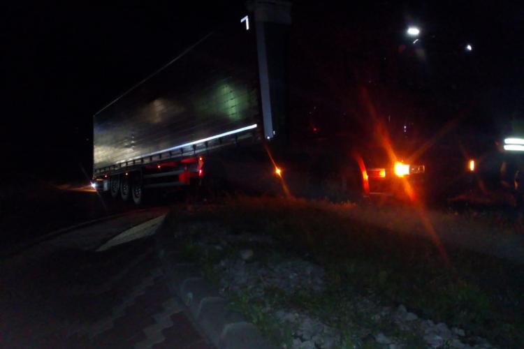 Incendiu pe șosea în miezul nopții! Un TIR a luat foc în sensul giratoriu, în Câmpia Turzii