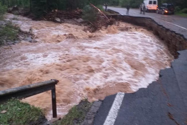 Drumul Călățele - Beliș rupt de apele umflate la maxim. Traficul a fost ÎNCHIS - VIDEO și FOTO