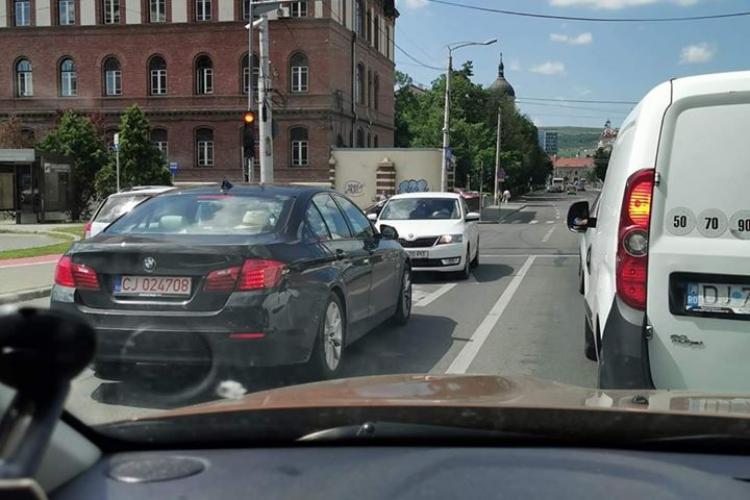 Atât s-a putut! Un șofer s-a blocat în Piața Cipariu din Cluj, când a realizat ca e pe sens interzis în mijlocul traficului- FOTO