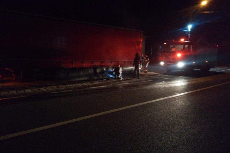 Incendiu la un TIR, pe un drum din Cluj. I-a explodat roata FOTO